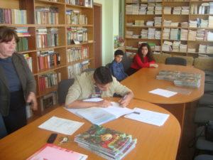 председателя  на клуб скоморох подписва дарствения екземпляр на книгата